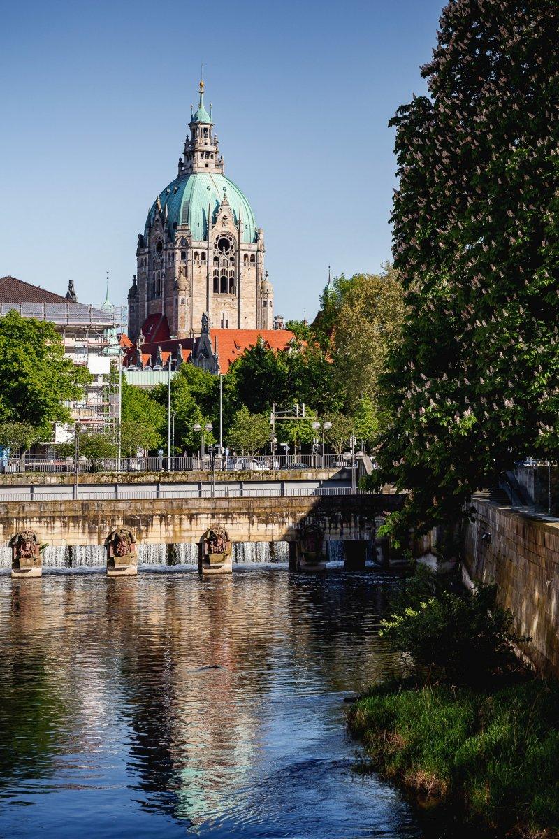 Hohes Ufer mit Rathaus