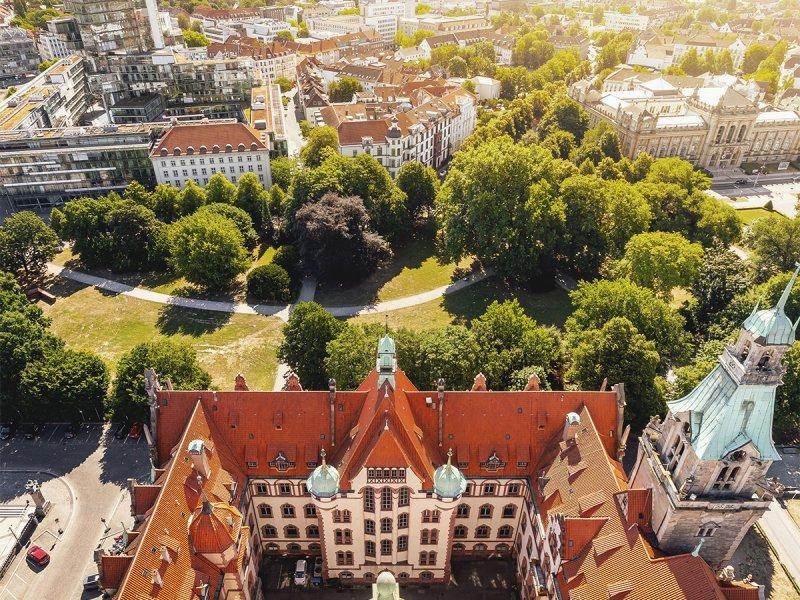 Blick vom Neuen Rathaus in Hannover auf das Landesmuseum und NordLB-Hochhaus