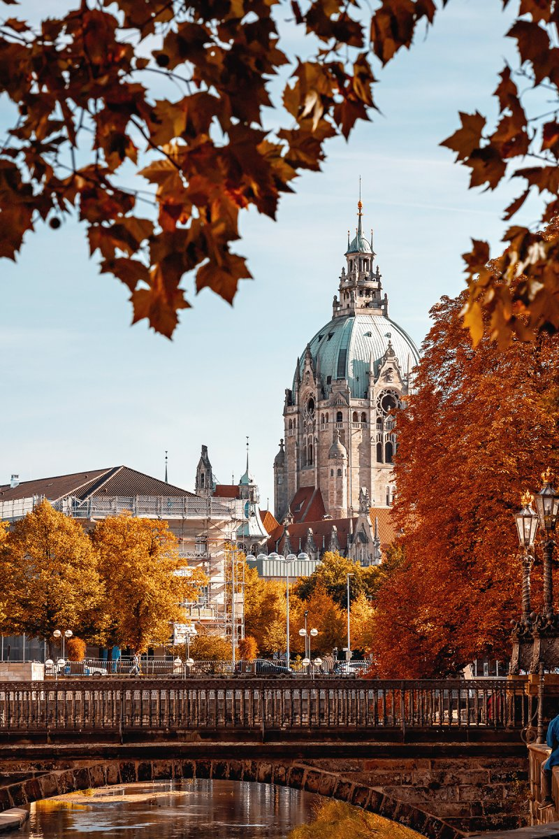 Herbstlicher Blick aufs Neue Rathaus Hannover, gesehen vom Hohen Ufer in der Altstadt
